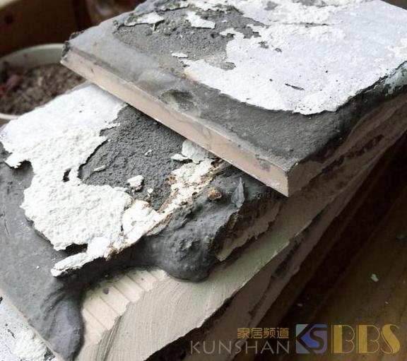 瓦工师傅劝我不要地砖上墙,可我不听,入住半年,瓷砖掉下来了!
