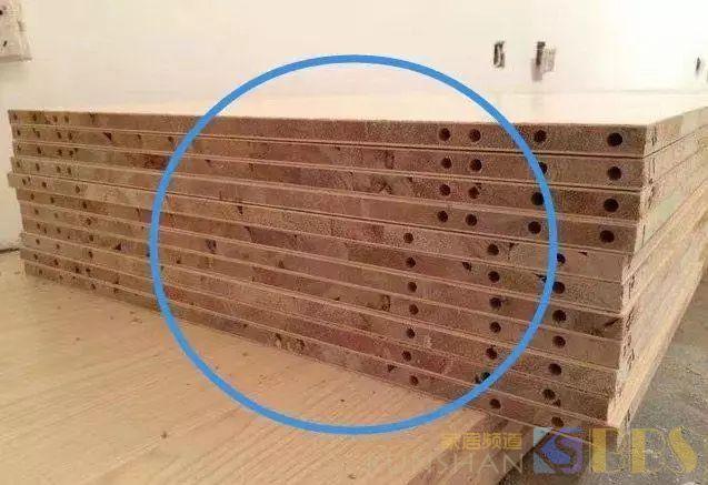 卧室装衣柜万万别再用这种板材,老师傅一看就懂,费钱还不实用!