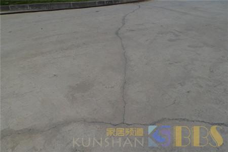 水泥地面裂缝原因?地面找平后开裂的预防措施?